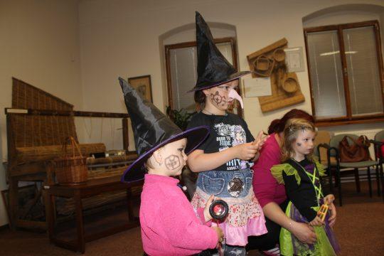 Čarodějnice v knihovně obrázek